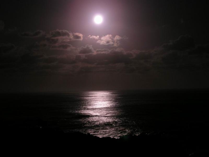 La luna llena sobre el mar